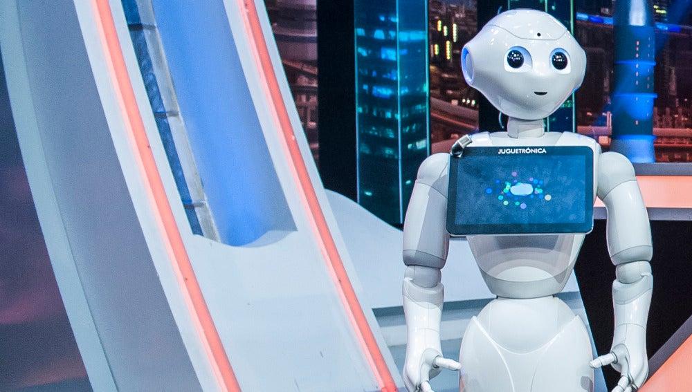 El primer colaborador androide de la tele