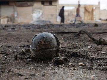 Una bomba de racimo sin explotar después de los ataques aéreos de las fuerzas gubernamentales pro-sirias