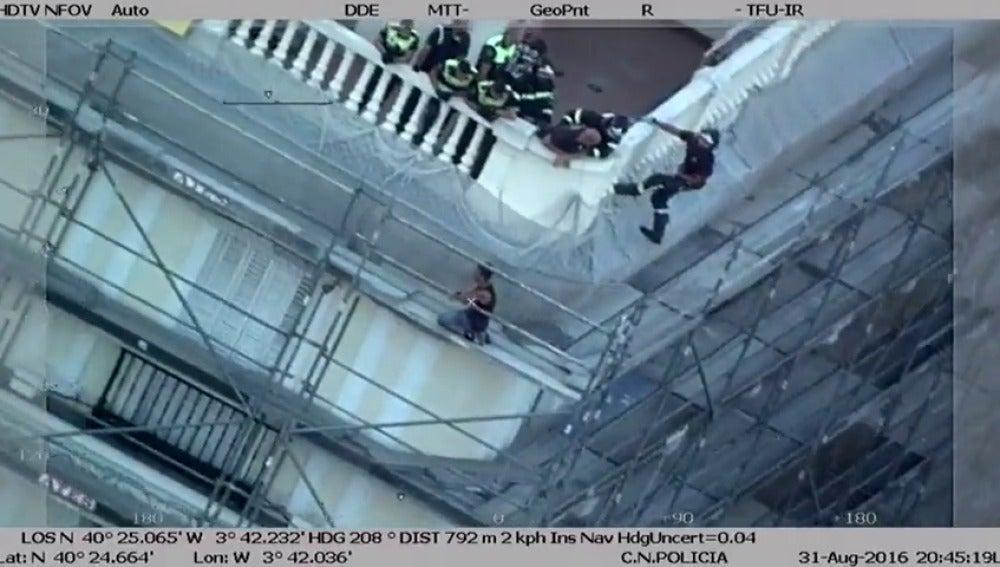 Frame 14.85906 de: Bomberos y municipales evitan un suicidio en la Puerta del Sol
