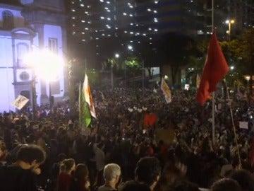 Frame 60.829053 de: Protestas a favor y en contra de la destitución de Rousseff