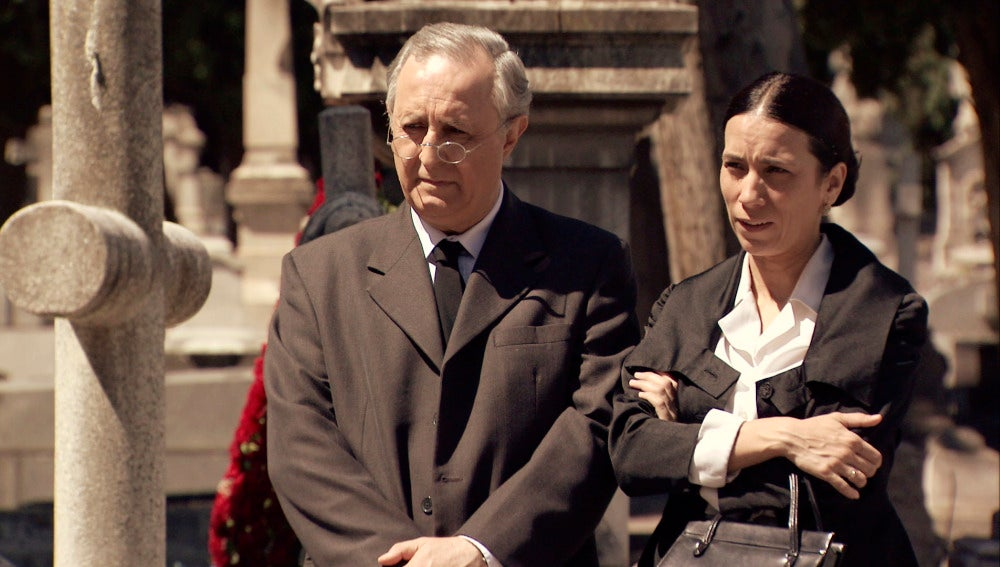 Pelayo y Manolita deciden contarle a Adela la verdad
