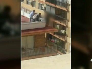 Frame 18.756125 de: Salvan la vida de una mujer que amenazaba con arrojarse desde un edificio de siete plantas
