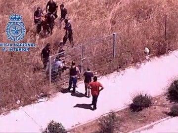 Frame 40.55056 de: La Policía Nacional detiene tras una persecución en helicóptero a tres jóvenes que intimidaban con un hacha a sus víctimas para robarles