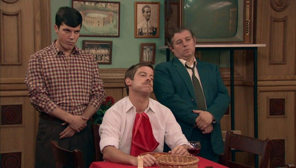 Marcelino espanta a Andrés con ayuda de sus matones