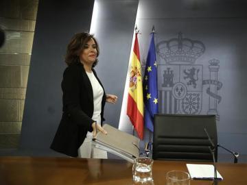 """La vicepresidenta del Gobierno en funciones, Soraya Sáenz de Santamaría, ha apelado a la """"responsabilidad"""" del líder socialista"""
