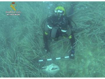 La Guardia Civil ha hallado una nueva sábana anudada que al parecer contendría restos humanos y objetos supuestamente usados en rituales de santería en aguas cercanas al Peñón de Ifach de Calpe, en Alicante.