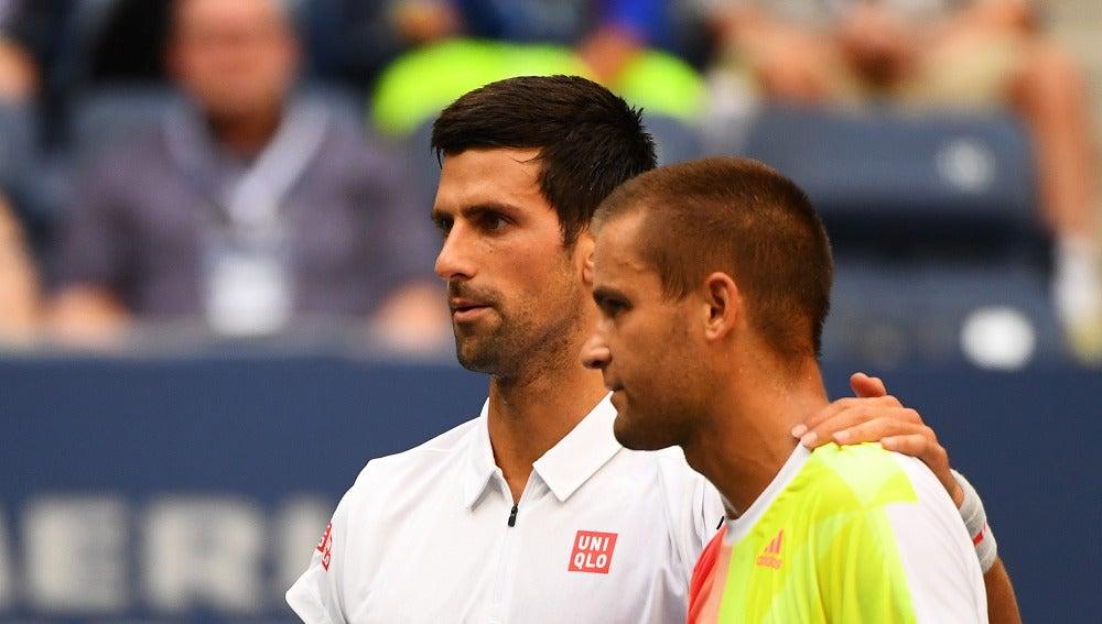 Djokovic y Youzhny se saludan después del partido
