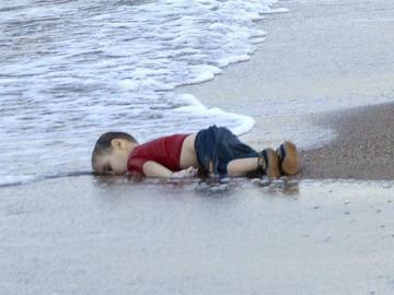 Fotografía de archivo tomada el 2 de septiembre de 2015 que muestra el cuerpo sin vida del joven refugiado sirio Aylan en Mugla