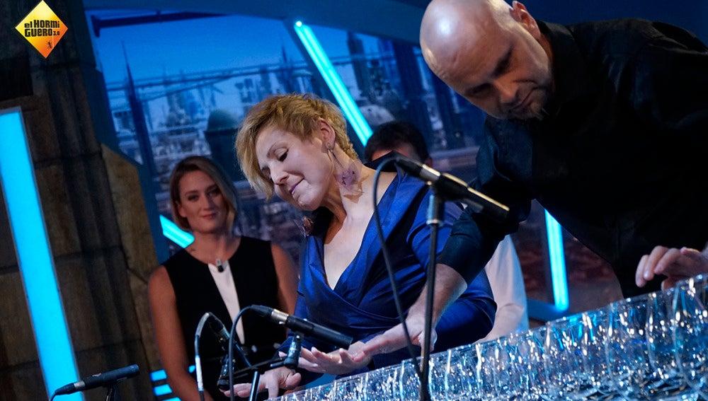 Conoce a 'Glass Duo', el grupo que hace música con copas de cristal