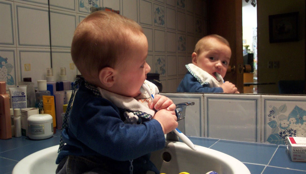 Un bebé con un cepillo de dientes