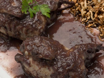 Codornices en salsa de arándanos con arroz salvaje