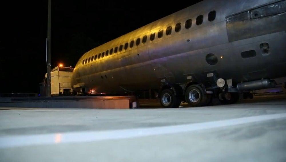 Frame 22.494195 de: Así se reconstruyó el 'avión milagro' en plena calle Alcalá de Madrid
