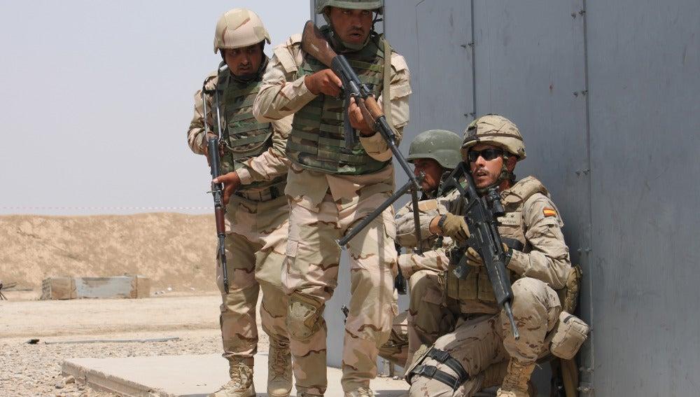 Soldados irequíes y españoles en Irak