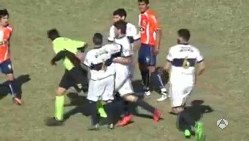 Brutal agresión de un futbolista a un árbitro en Argentina.