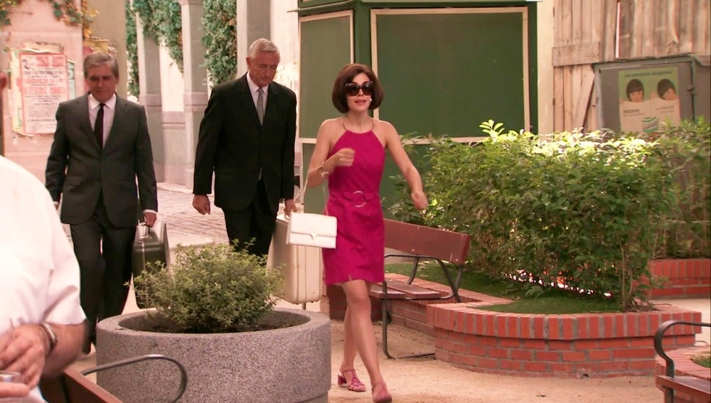 María llega para la celebración de la boda de Lola