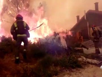 Bombero en un incendio de Galicia