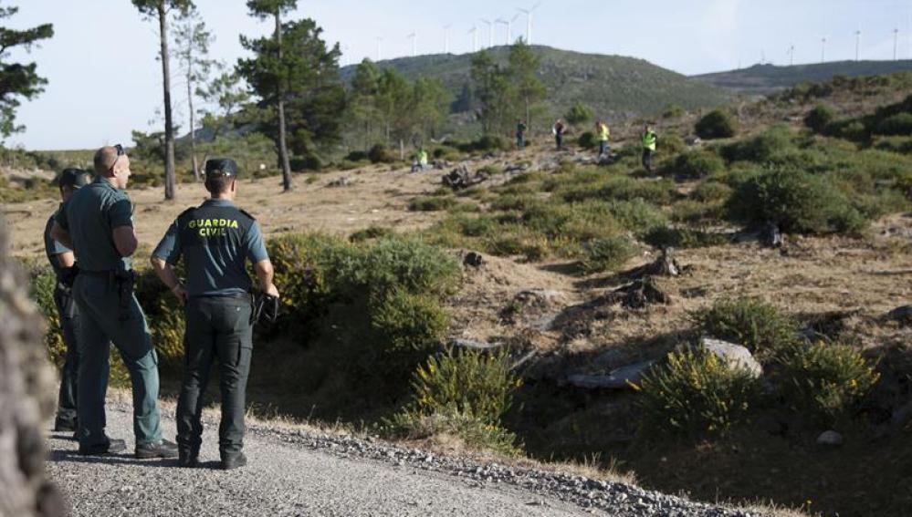 Voluntarios buscan pistas sobre la desaparición de Diana Quer en la zona montañosa de A Curota.