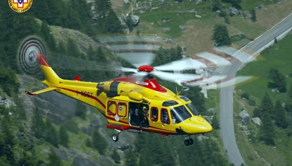 Helicóptero del organismo italiano, Alpine Resuce, durante las labores de evacuación