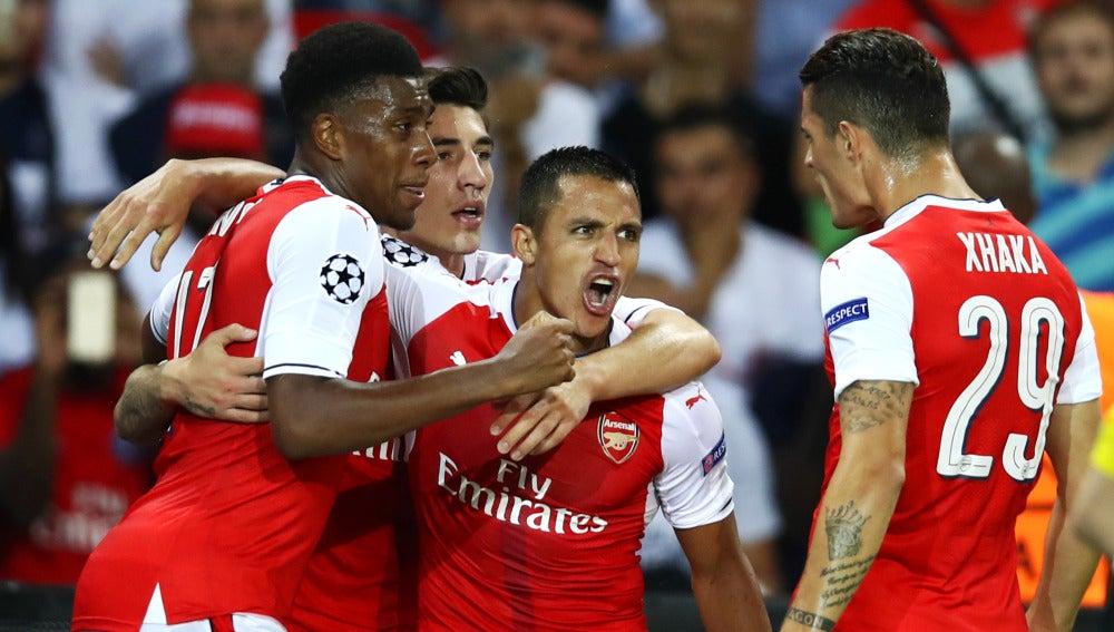 Alexis Sánchez celebra su gol con el Arsenal