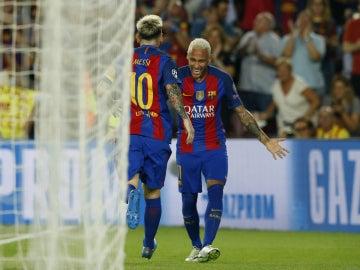 Neymar y Messi se abrazan