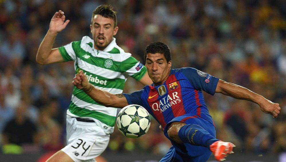 Luis Suárez remata de volea ante el Celtic