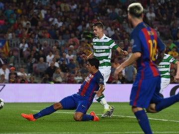 Luis Suárez, firmando el séptimo gol del Barcelona