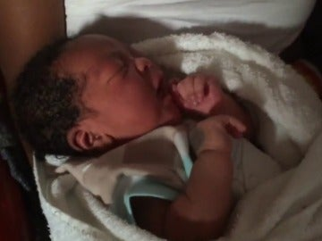 "Frame 1.464925 de: Un bebé nace en un barco con 392 rescatados a bordo: ""El pánico me hizo romper aguas"""