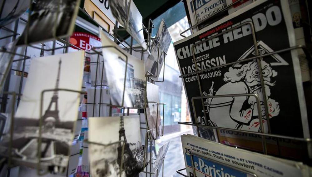 """Una copia del número especial publicado por el semanario satírico """"Charlie Hebdo"""" en el primer aniversario del atentado yihadista contra su redacción"""