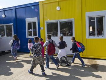Varios niños llegan a un improvisado colegio en Amatrice