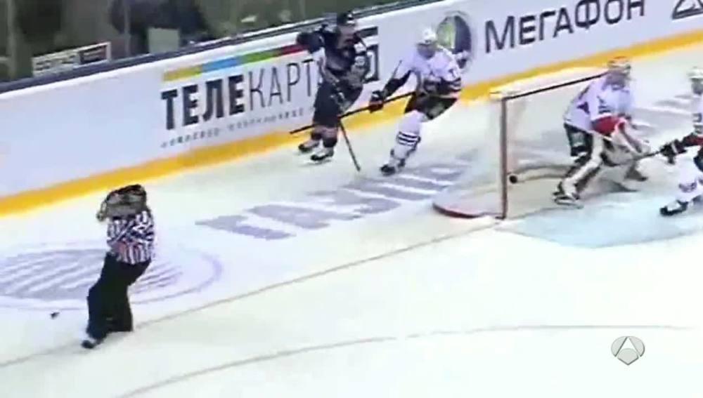 Muere un árbitro de hockey hielo tras impactar un disco en su cabeza