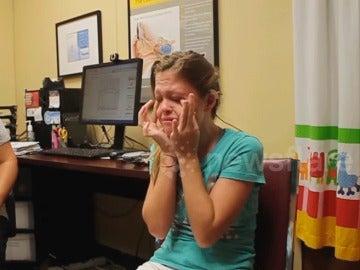 Un niña sorda escucha la voz de su madre por primera vez