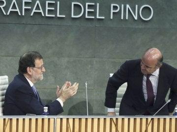 El presidente del Gobierno en funciones, Mariano Rajoy, aplaude la intervención del ministro de Economía en funciones, Luis de Guindos
