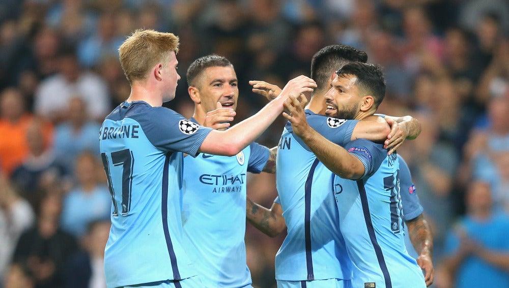 Agüero y sus compañeros del City celebran el gol del argentino