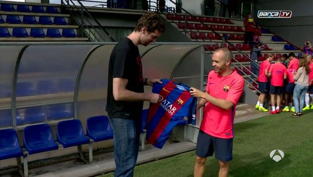 Frame 15.907464 de: Pau Gasol, invitado especial en el entrenamiento del Barcelona