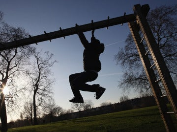 Un niño haciendo ejercicio