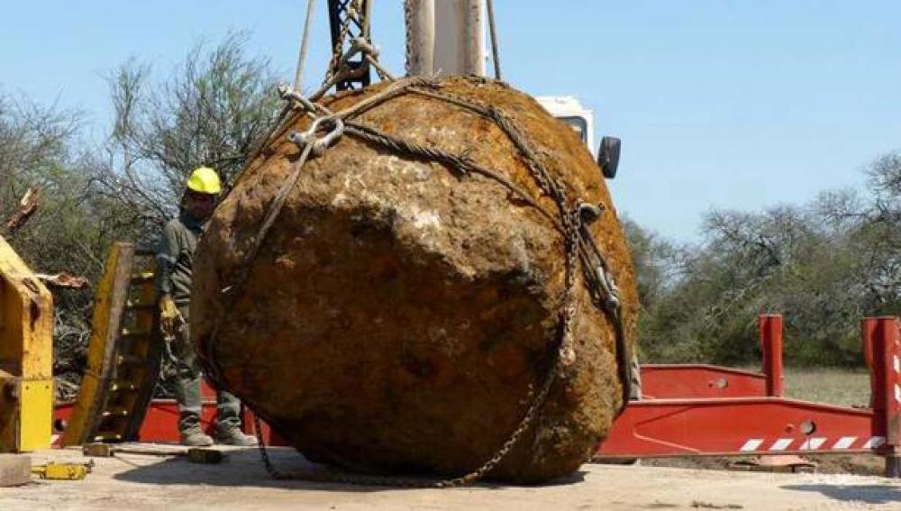 Trabajos de recuperación del enorme meteorito hallado en Argentina.