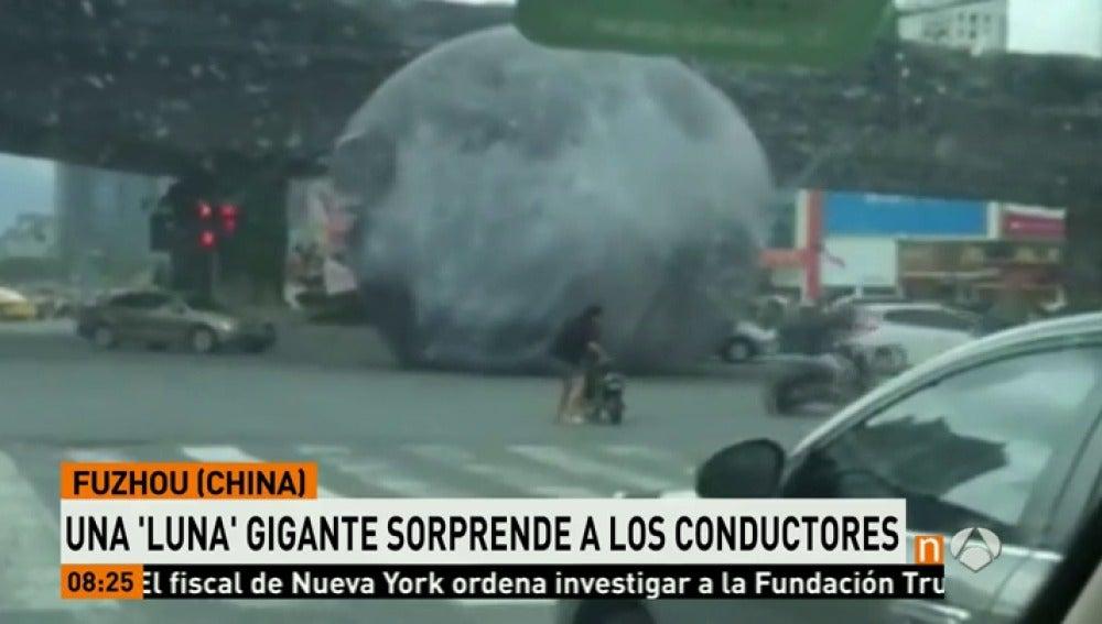 Una pelota gigante sorprende a los conductores