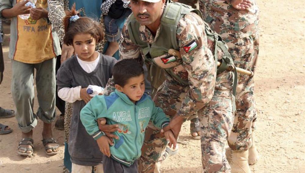 Refugiados atrapados en el desierto en la frontera entre Jordania y Siria