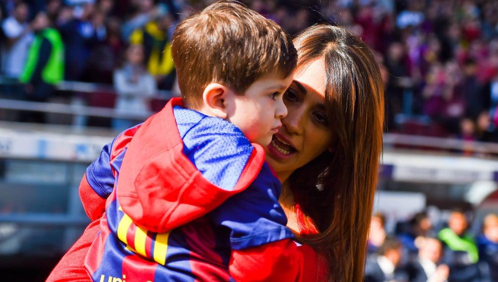 El hijo de Leo Messi junto a su madre fd4cb2d5de05a