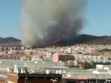 Frame 7.501881 de: Más de 700 hogares sin luz y alumnos evacuados por el incendio de Collserola