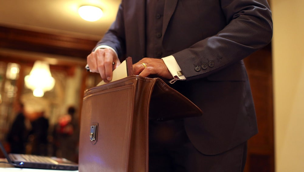 Un directivo sacando documentos de un maletín