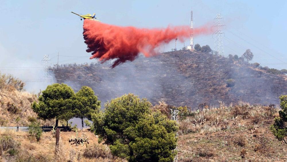 Un avión trabaja en la extinción del incendio en Barcelona