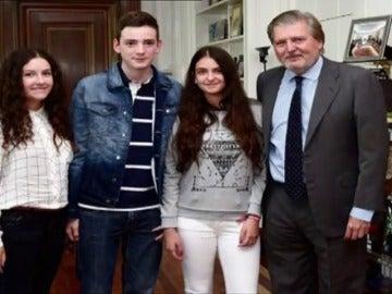 El ministro de educación y la presidenta de Andalucía reciben al niño que ha reunido miles de firmas contra la reválida