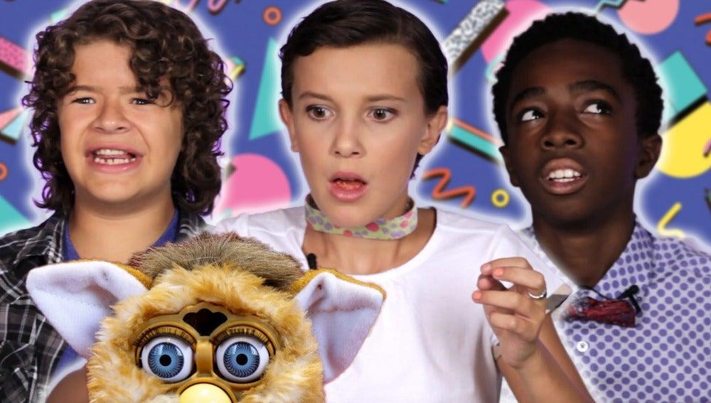 Los protagonistas de 'Stranger Things' descubren los juguetes de los años 80