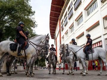 La policía montada en los aledaños del Sánchez Pizjuán