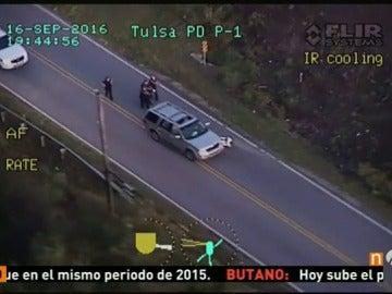Frame 28.590757 de: La Policía estadounidense mata a un hombre de raza negra que iba desarmado y cuyo vehículo se había averiado