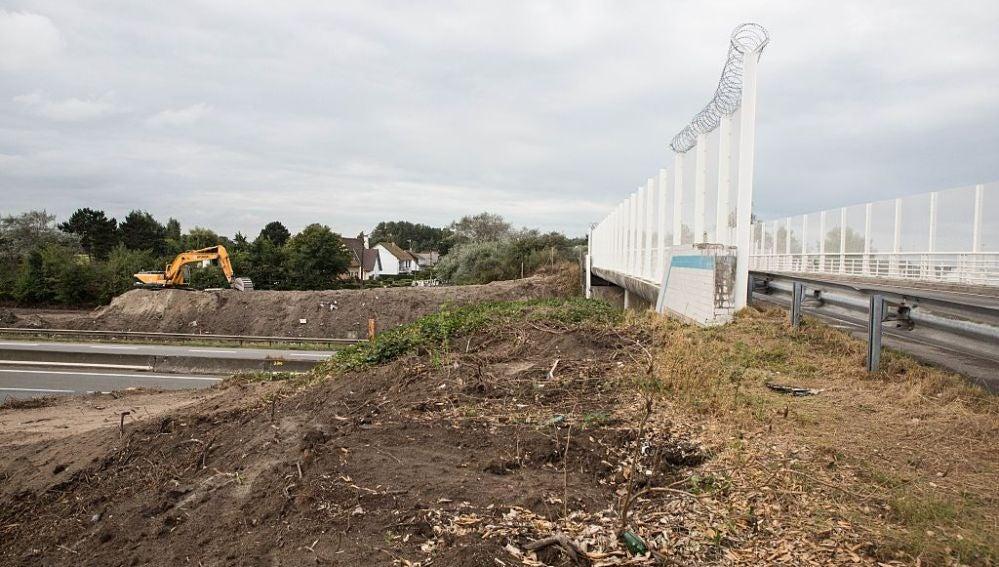 Comienzan a construir el muro en Calais
