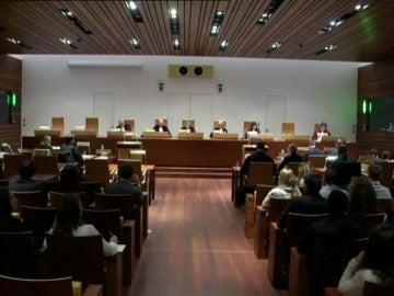 Frame 26.252709 de: El Tribunal de la UE obliga a España a equiparar la indemnización de fijos y temporales