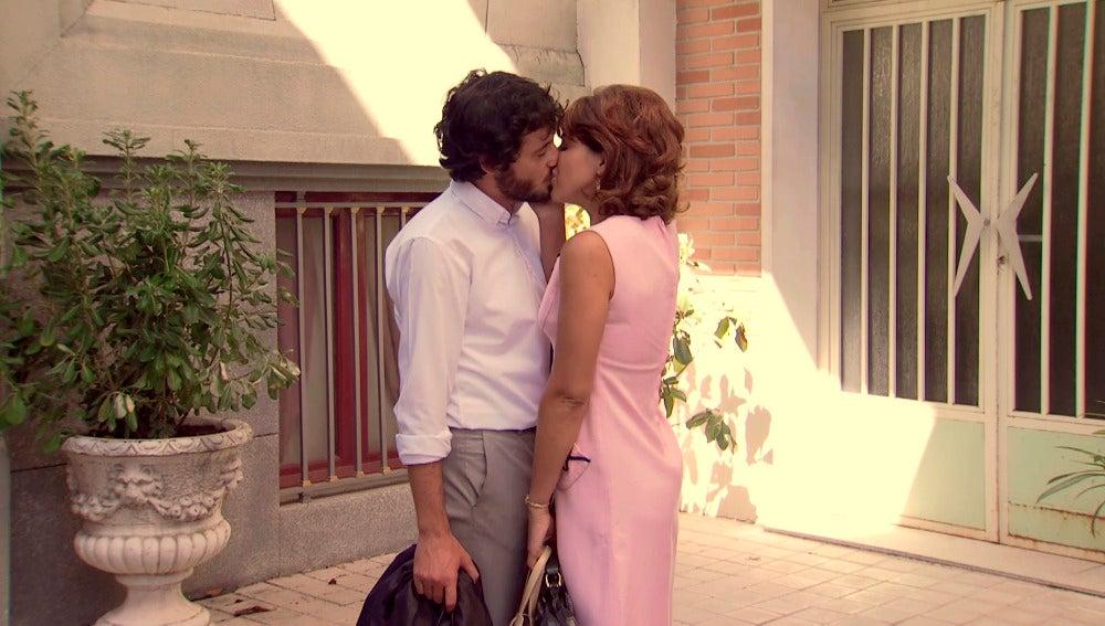Jaime besa a Nuria