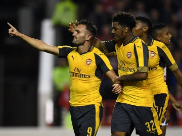 Lucas Pérez celebra un gol con el Arsenal